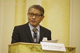 Prof. Dr. Kim Byungsun tanszekvezeto, Koreai Tanulmanyok Akademiaja
