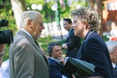 Szegő Andrea elnök üdvözli az ünnepségre érkező Kádár Béla akadémikust