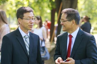 Megérkezett Yongsuk Kim, a KOTRA igazgatója (bal oldalon)