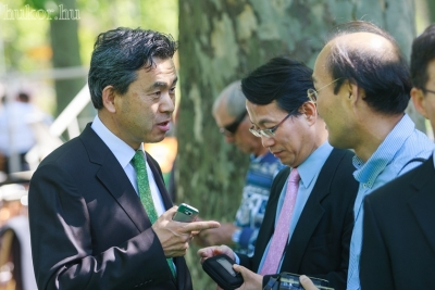 Balról: Ro Sung - min, miniszteri tanácsos és Kwon Young Sup, a  Koreai Kulturális Központ igazgatója