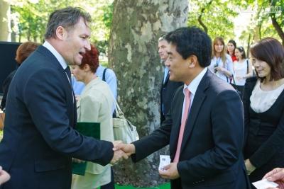 Papcsák Ferenc Zugló polgármestere köszönti Kim Hyung-Ju-t, Szöul főpolgármester-helyettesét