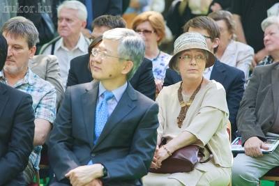 Elöl Nam Gwan-Pyo, a Koreai Köztársaság nagykövete, mögötte Zsin Judit szobrászművész