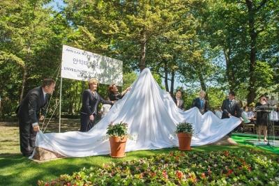 A szobrot leleplezte( balról jobbra) :Papcsák Ferenc polgármester,  Szegő Andrea elnök, Eleonor Ahn, a művész lánya, Kim Hyung-Ju, Szöul  főpolgármester-helyettese,  Nam Gwan-Pyo nagykövet, Csomós Miklós, Budapest főpolgármester-helyettese