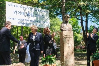 Papcsák Ferenc gratulál Szegő Andreának, a szobor megálmodójának, a projekt megvalósítójának