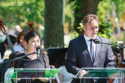 A szobrot Zugló Önkormányzata nevében vette át Papcsák Ferenc polgármester