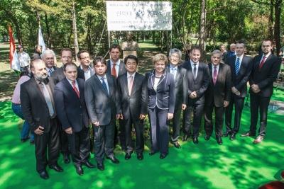 Meghívott vendégeink közül a koreai nagykövet, rektor, államtitkárok, főpolgármester helyettesek, országgyűlési képviselők állnak Szegő Andrea elnök körül az ünnepség végén