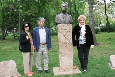 Yi Mun-Yol és felesége, Park Phil-Soon ellátogatott az Ahn Eak Tai szoborhoz, melyet Társaságunk állított