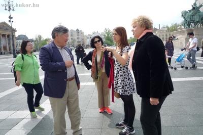 Yi Mun-Yol részletesen érdeklődött a téren látható szobrokról