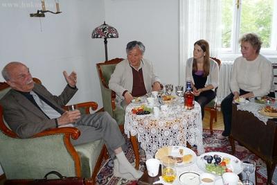 Yi MUn-Yol érdeklődéssel halgatta Galgóczi Árpád  életének történetét