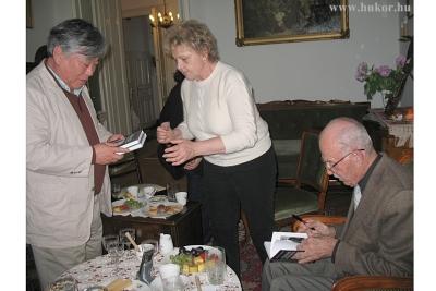 Dedikált könyvekkel ajándékozta meg egymást a két író