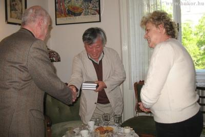 Gyorsan elrepült a két óra, a találkozó végén a dedikált könyvek átadásával búcsúzott el egymástól a két író