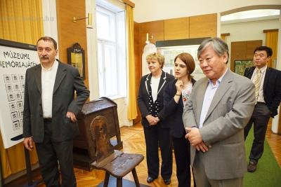 A Múzeum megtekintése Szakál Aurél igazgató tárlatvezetésével