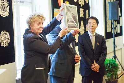 A Csipkeház és a Magyar- Koreai Társaság 25. évfordulós ajándéka Korea Köztársasági Elnökének.jpg