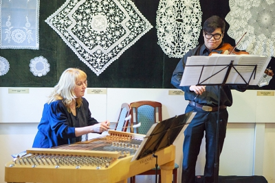 Fellépett a megnyitó ünnepségen Herencsár Viktória cimbalomművész tagtársunk és Lee Hansol brácsaművész.jpg
